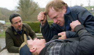 Inspector Tom Mathias (Richard Harrington, li.) bekommt es mit verrohten Männern zu tun: dem Afghanistan-Veteran John Bell (Mark Lewis Jones, re.) und dessen vorbestraften Mitbewohner Gary Pearce (Tom Thys Harries). (Foto)