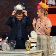 Für auffällige Kopfbedeckungen scheint die Moderatorin einen Faible zu haben. Hier schmückt sie sich beim Jahresrückblick