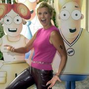 Die Modesünden der 2000er machten auch vor der Moderatorin keinen Halt. In Latexhose und mit Kettengürtel posiert sie hier für ihre einstige Spielshow