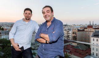 """Tim Mälzer (l.) und Juan Amador duellieren sich bei """"Kitchen Impossible"""". (Foto)"""