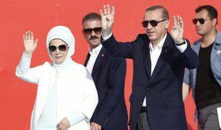 Türkeis Präsident Erdogan, hier mit Ehefrau, hat vor einem Millionenpublikum die Einheit des Landes beschworen und Deutschland kritisiert. (Foto)