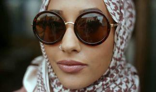 Ein muslimisches Model trägt in einem Werbevideo der Modekette H&M einen Hidschab. (Foto)