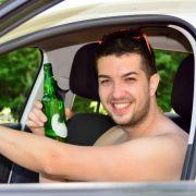Mann findet Nackten in seinem Auto (Foto)