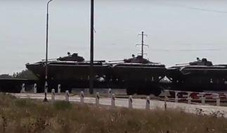Ein Youtube-Video zeigt russische Schützenpanzer vom Typ BMP-2 geladen auf einen Zug. Sie sollen in Richtung Krim unterwegs sein. (Foto)