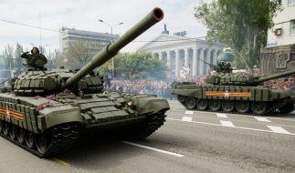 Pro-russiche Militärparade in der Ukraine: Hier tötete die russische Armee 2.000 Soldaten. (Foto)