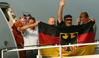 Deutsche Flüchtlinge aus dem Libanon bei ihrer Ankunft am Flughafen Köln/Bonn. (Foto)