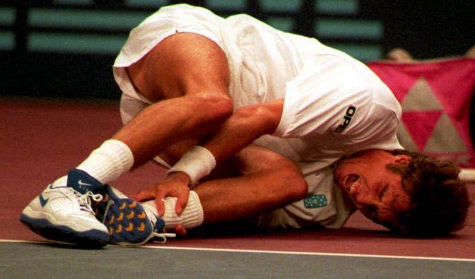 Tennis-Profi Michael Stich blieb 1998 mit schmerzverzerrtem Gesicht am Boden liegen, als er bei dem Match gegen Australier Todd Woodbridge umgeknickt ist - die Diagnose: Bänderriss.