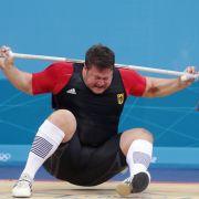 Es sah brutal aus, als dem deutschen Gewichtheber Matthias Steiner 2012 bei Olympia in London 196 Kilo in den Nacken knallten. Kaum zu glauben, aber er trug keine schweren Verletzungen davon.