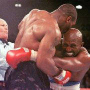 Die Beiß-Attacke von Mike Tyson 1997 ist legendär: Seinem Gegner Evander Holyfield biss er ein Stück seines Ohrs ab.