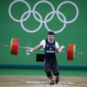 Olympia 2016 in Rio: Dem Gewichtheber Andranik Karapetyan fällt die Hantel nach hinten weg, wobei es ihm den linken Arm mitreißt. Der steht anschließend in einem äußerst ungesunden Winkel nach hinten und ist gebrochen.