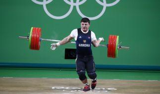 Schmerzhaft: Der linke Arm des Gewichthebers Andranik Karapetyan knickt einfach weg. (Foto)