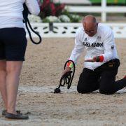 Horror-Unfall bei Dressur-Ehrung! Pferd tritt Pfleger blutig (Foto)