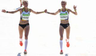 Marathon geschafft: Anna und Lisa Hahner laufen Hand in Hand ins Ziel. (Foto)