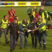 Hooligan attackiert und verletzt Torwart - Spielabbruch! (Foto)