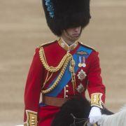 Und wenn er sich dann doch mal ordentlich rausputzt, dann verrutscht ihm auch noch die Grenadiermütze. Ein Glück, dass William scheinbar blind reiten kann.