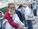 Eine Junge klammert sich an seine Mutter. Das Erdbeben hat die Menschen in Amatrice (Zentralitalien) schwer getroffen. (Foto)