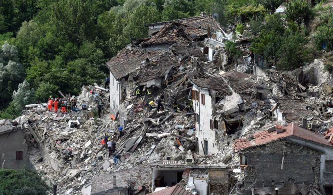 Bergungsteams durchsuchen die Trümmer in Pescara del Tronto nach Verschütteten. (Foto)