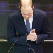 Und auch der arme Prinz William hat die familiären Makel mit in die Wiege gelegt bekommen. Und so hat der Mann von Kate Middleton schon mit 34 eine Fast-Platte.