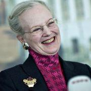 Margrethe II., die Königin von Dänemark, ist die unangefochtene königliche Zigaretten-Raucherin. Und das sieht man vor allem ihren Zähnen deutlich an. Da kann wohl auch der Zahnarzt nichts mehr retten.