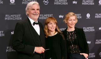 """Die Regisseurin Maren Ade (Mitte) mit den zwei Hauptdarstellern ihres Films """"Toni Erdmann"""", Peter Simonischek und Sandra Hüller. (Foto)"""