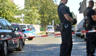 Polizisten sichern in Berlin-Lichtenberg den Tatort ab. Hier ist ein Mann angeschossen und tödlich verletzt worden. (Foto)