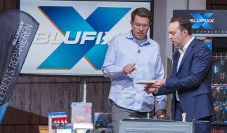 Frank Thelen (li.) lässt sich von Gründer Dinko Jurevic den Klebstoff Blufixx erklären. (Foto)