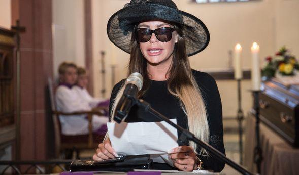 Das Model Gina Lisa Lohfink hält am 29.08.2016 in Wiesbaden (Hessen) eine Trauerrede auf ihre Privatsphäre. (Foto)