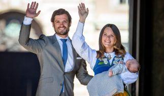 Prinz Carl Philip von Schweden mit seiner Frau Sofia und Söhnchen Alexander. (Foto)