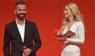 """Andrea Kaiser und der Fußballer Benjamin Köhler beim Sport Bild-Award. Köhler wurde in der Kategorie """"Comeback des Jahres"""" ausgezeichnet. Andrea Kaiser ist nur kurz nach der Geburt ihres ersten Sohnes sichtlich erschlankt. (Foto)"""