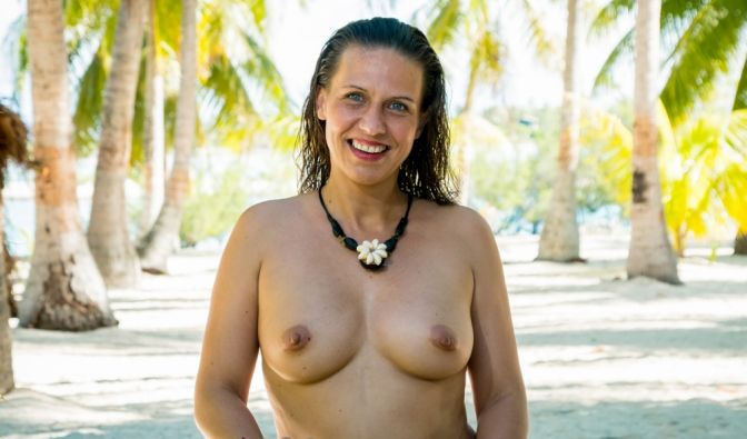 Ulrike (41) aus Augsburg. Die gelernte Zahnarzthelferin ist seit über zwei Jahren Single. Ulrike lacht gerne, ist bodenständig und weiß was sie will. Sie möchte sich gerne noch einmal richtig verlieben.