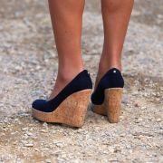 Auch auf die Auswahl ihrer Schuhe legt die Herzogin von Cambridge größten Wert. Für eine Reise nach Australien tauschte Kate ihre High Heels gegen diese bequemen Sandaletten mit Keilabsatz in Kork-Optik.