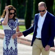 Für ihre Reise nach Indien im April 2016 entschied sich Herzogin Catherine für ein bezauberndes weißes Kleid mit auffälligem blauen Aufdruck. Beim Spaziergang vor dem Taj Mahal mit Prinz William machte sie darin eine makellose Figur.