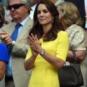 Ein Traum in Zitronengelb - so zeigte sich Kate im Sommer 2016 beim Tennisturnier in Wimbledon. Jeder Stilkritiker wäre entzückt - Kate wählt einen Farbton, der zu ihrem Typ passt und ihrer Figur perfekt schmeichelt.