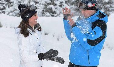 Spaß im Schnee: Selbst auf der Piste in den Winterferien mit Prinz William macht Kate eine sagenhafte Figur. Hier kombiniert die Herzogin knallrote Skihosen mit einer flotten Jacke in Schneeweiß. Und dieser Look ist kinderleicht nachzumachen...