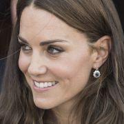 Accessoires sind der Herzogin von Cambridge fast so wichtig wie ihre Outfits. Passend zu ihrem saphirblauen Verlobungsring trägt Kate hier bezaubernde Ohrhänger, die ebenfalls mit Saphiren besetzt sind.