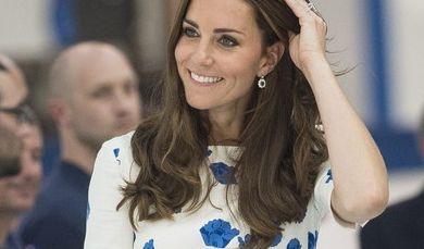 Bei einem Termin in Luton zog Herzogin Catherine alle Blicke in einem weißen Kleid mit blauen Mohnblumen auf sich, das vonLK Bennett designt wurde.