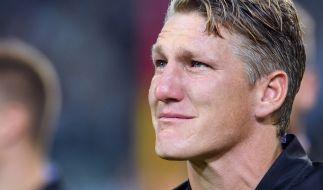 Schon vor seinem letzten Spiel weint Noch-Kapitän Bastian Schweinsteiger hemmungslos. (Foto)
