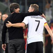 Deutschlands Bastian Schweinsteiger umarmt Bundestrainer Joachim Löw nach seiner Auswechslung.