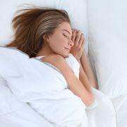Mutter schläft nackt mit ihrem Sohn (16) im Bett (Foto)