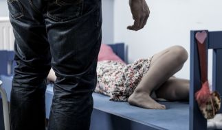 Vier Kinder sollen vom Lebensgefährten ihrer Mutter wiederholt missbraucht worden sein. (Symbolbild) (Foto)
