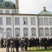 In Schloss Fredensborg wohnt Königin Margrethe mehrere Monate im Jahr und an den Wochenenden. Im Sommer sind Prinz Frederik und seine Mary zu Gast im Kanzleihaus, das sich ebenfalls auf dem Gelände befindet.