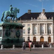 Im Winter wohnt Königin Margrethe von Dänemark in Schloss Amalienburg. Das Schloss besteht aus verschiedenen Palais'. Margrethe und Henrik residieren in Palais Schack, Frederik, Mary und der gemeinsame Nachwuchs im Brockdorff-Palais.