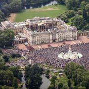 Vom Buckingham Palace aus herrschen Königin Elisabeth II. und ihr Prinzgemahl Prinz Philip. Staatsgäste werden in den offiziellen Räumen des 1633 erbauten Palastes empfangen. Das Hauptquartier der Famile Windsor hat 775 Räume.