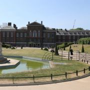 Im Kensington Palast residierte Prinzessin Diana von 1981 bis zu ihrem Tod. 2013 bezogen Prinz William und Herzogin Catherine ein Appartement des Palace, nach der Geburt ihrer Tochter Charlotte zwei Jahre später zog die Familie nach Anmer Hall.