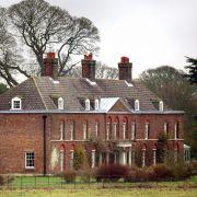 Anmer Hall ist der Landsitz der Familie Windsor. Derzeit bewohnen Prinz William, Herzogin Kate, sowie die beiden Kinder George und Charlotte das Anwesen aus dem 18. Jahrhundert in der Grafschaft Norfolk.