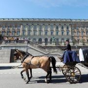Im Stockholmer Schloss in der Hauptstadt Schwedens befinden sich die Büros von König Carl Gustaf und seiner Familie. Auf der Empore der Treppe vor dem Schloss gab Prinz Carl Philip seiner Sofia nach der Hochzeit den lang ersehnten Hochzeitskuss.