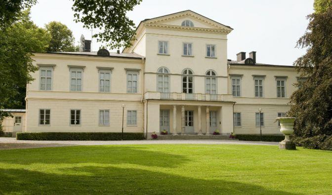König Carl Gustav und seine vier Schwestern wurden auf Schloss Haga geboren. Seit 2010 ist das im 19. Jahrhundert erbaute Anwesen der Wohnsitz von Kronprinzessin Victoria und ihrer kleinen Familie.