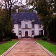 Prinz Joachim und Prinzessin Marie von Dänemark lebten in ihren ersten gemeinsamen Jahren als Paar im Barockschloss Schackenborg. Joachim arbeitete hier als Landwirt und sanierte das Anwesen aus dem 11. Jahrhundert umfassend.