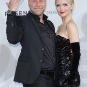 """Fernsehjournalist Jenke von Wilmsdorff und seine Frau Mia beim """"Rosenball 2016"""". (Foto)"""