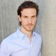 Thaddäus Meilinger interessierte sich schon als Kind für die Schauspielerei. Seit 2016 ist er nun als Chris' Bruder Felix zu sehen. Der Banker und sein Bruder haben ein problematisches Verhältnis.